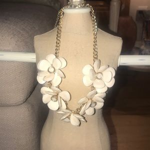 Jewelry - Flower gold chained necklace
